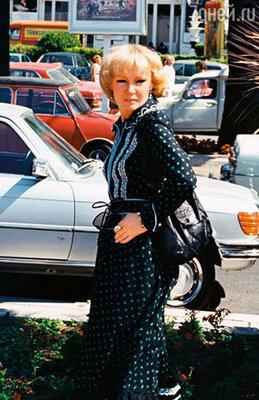 Во Франции Люся щеголяла в том самом «домашнем» платье