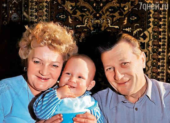 Эта фотография, на которой запечатлены мои родители (с племянником), сделана в год их знакомства с Гурченко