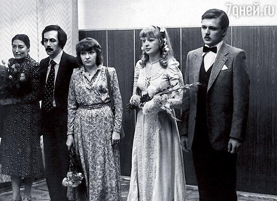 На свадьбе дочки Гурченко Маши я была свидетельницей со стороны невесты. Рядом со мной — Костя Купервейс