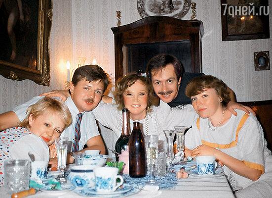 Меня часто приглашали на семейные ужины. Слева направо: Маша, ее муж Саша, Люся, Костя и я