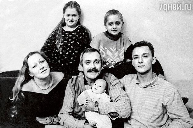 Татьяна и Никита Михалковы с детьми Степаном, Анной, Артемом и Надей. 1986 г.