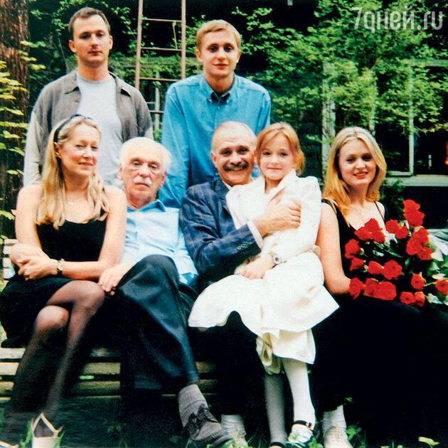 Татьяна Михалкова с мужем, детьми и свекром Сергеем Владимировичем на Николиной Горе. 90-е гг.