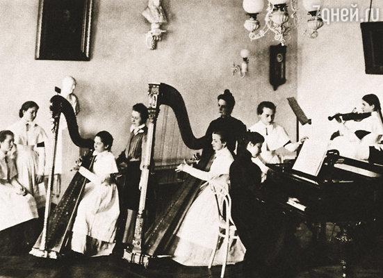 Помимо прочих дисциплин воспитанницы Смольного института уделяли много времени занятиям музыкой
