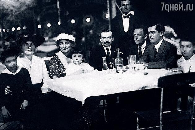 Джулия Фридман и ее семья. Маленький Эндре на коленях у матери Джулии, справа его отец Дежё. 1917 год