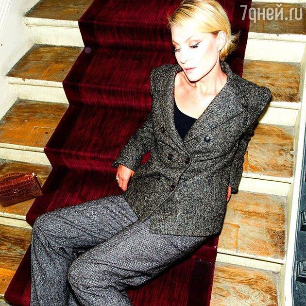 Серый костюм в клетку для офисной сотрудницы в стиле Ренаты Литвиновой