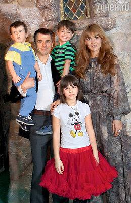 С дочерью Елизаветой, сыновьями Корнеем и Матвеем