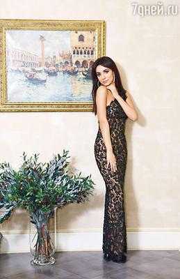 Платье из модного в нынешнем сезоне гипюра Зара использовала в своем новом клипе