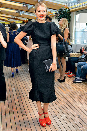 Надя Михалкова отдает предпочтение обуви яркого цвета