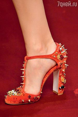 Дизайнеры все чаще украшают обувь стразами, бусинами, вышивкой и даже шипами...