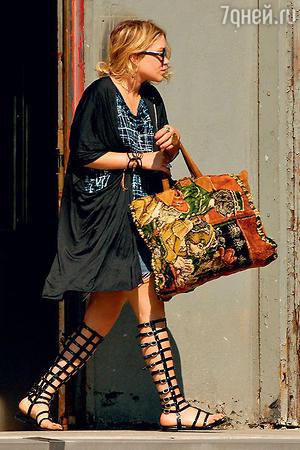 Сандалии-гладиаторы лучше носить с короткой юбкой или платьем. Мэри-Кейт Олсен
