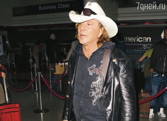 Микки Рурк покидает Лос-Анджелес с новым другом