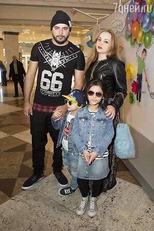 Александр Бердников с женой Ольгой и детьми Миланой и Марселем