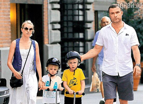 С мужем Ливом Шрайбером исыновьями Александром Питом иСэмюэлом Каем. Нью-Йорк, 2012 г.