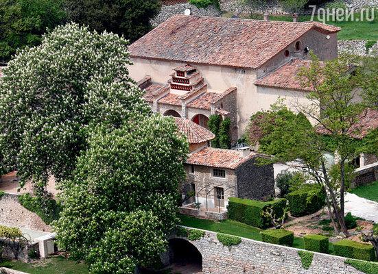 В своем поместье Мираваль на юге Франции Питт и Джоли заканчивают строительные работы. В том числе возведение небольшой домашней часовни
