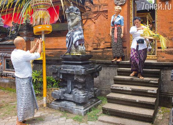 Во время поездки на Бали Аврора и Алексей случайно вышли к древнему храму...