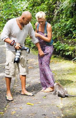 Поездку в парк, где живет целая колония обезьян, Аврора запомнит надолго. Одна мартышка буквально напала на девушку и попыталась порвать ее шаровары