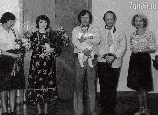 Церемония бракосочетания. Свидетельница Анна Дмитриева, невеста Клара Новикова, жених Юрий Зерчанинов с дочкой Машей, свидетель Петр Фоменко. Сентябрь 1977 г.