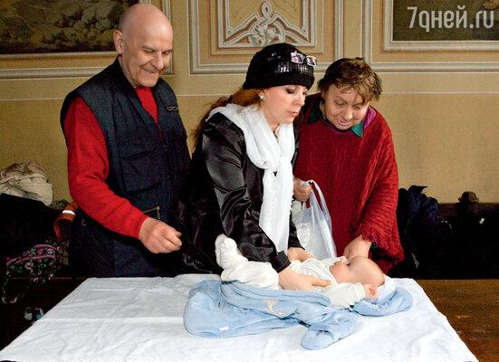 С мужем Юрием Леонидовичем, внуком Андрюшей и мамой зятя Маргаритой Васильевной. На крестинах. 25 апреля 2009 г.