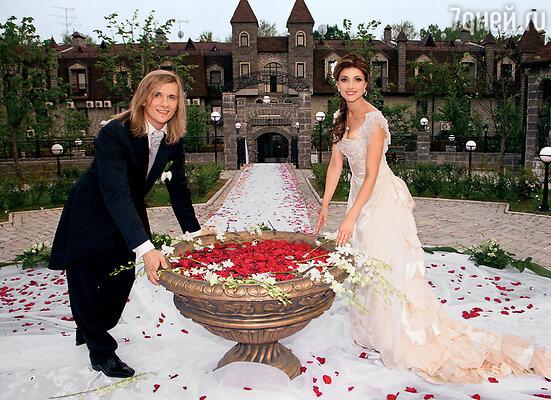 На ситцевую свадьбу мы с Глебом по традиции обменялись тесемочками — их завязывают в узелок, и каждый произносит свою клятву супругу