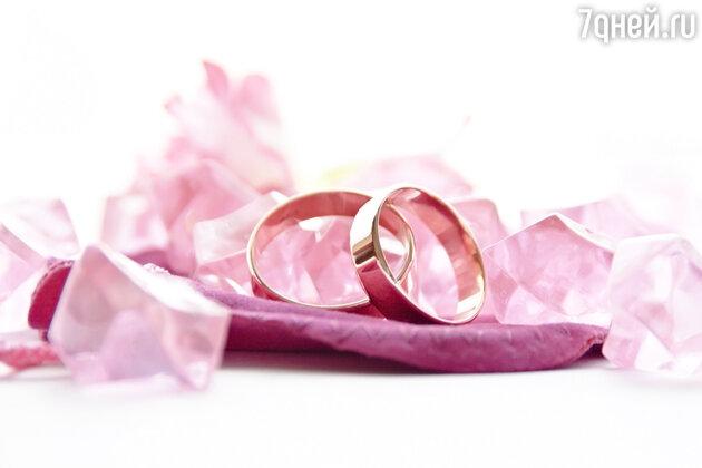 Если позволить себе розовое платье принцессы решится не каждая невеста, то вот обручальное кольцо из золота этого оттенка отнюдь не выходит за рамки чего-то сверхъестественного