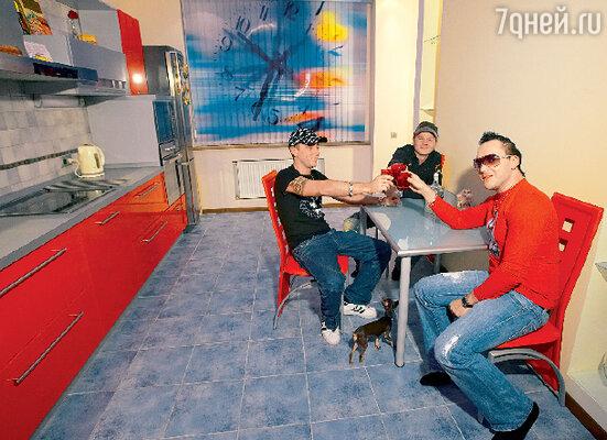 В гости к Сергею пришли его друзья — коллеги по группе «Отпетые мошенники» Гарик Богомазов и Том Хаос