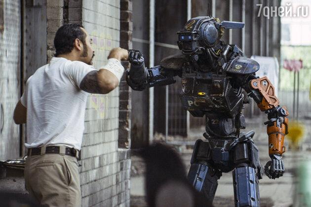 Кадр из фильма  «Робот по имени Чаппи»