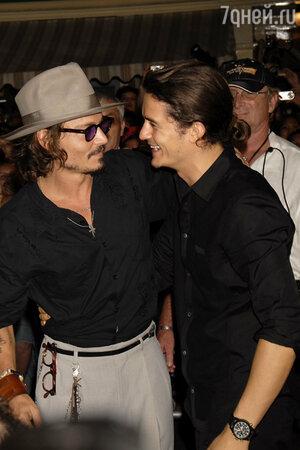 Джонни Депп и Орландо Блум на премьере одного из фильмов франшизы «Пираты Карибского моря»
