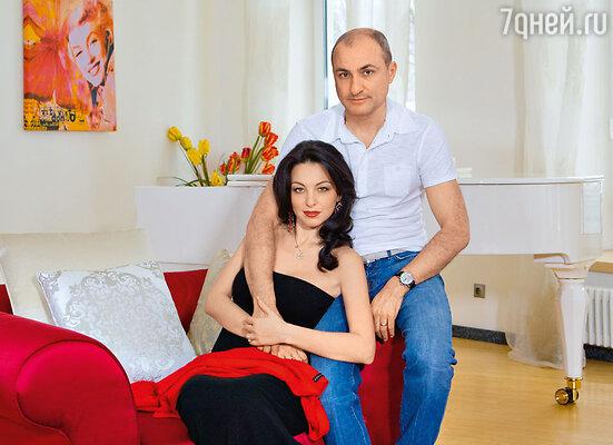 Михаил с женой Лианой в своем загородном доме