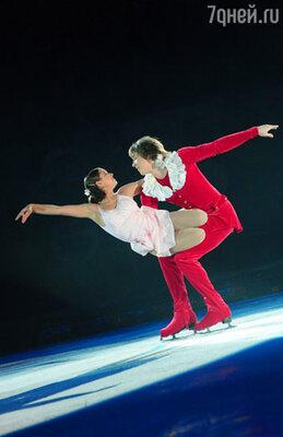 Фигуристы Елена Йованович (Мари) и Константин Гаврин (Щелкунчик) в сцене из ледового шоу «Щелкунчик »