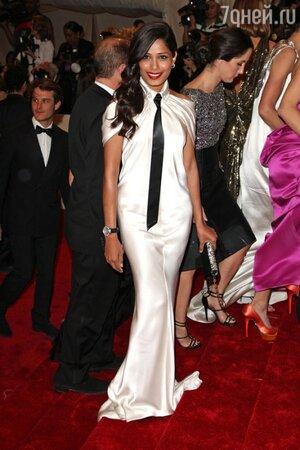 Фрида Пинто в платье от Chanel на церемонии Met Gala в 2011 году