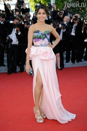 Фрида Пинто в платье от Michael Angel на открытии Каннского Кинофестиваля в 2012 году
