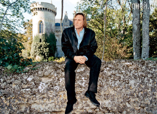 В своем замке в исторической области Анжу, Франция