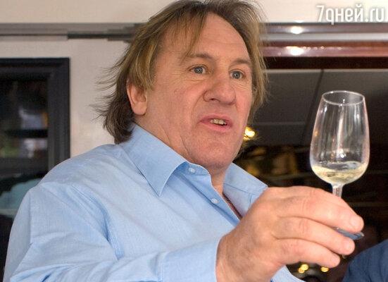 Несмотря на привычку выпивать по несколько бутылок вина вдень, Жерар здоровяком небыл. А потеря сына Гийома ивовсе подорвала его здоровье