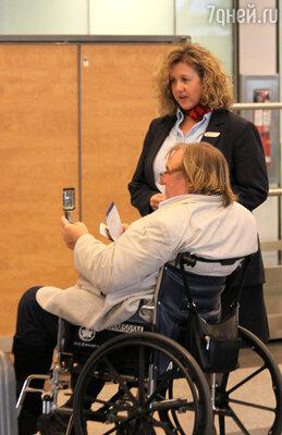 ...и в инвалидном кресле в Риме, когдав полубессознательном состоянии актера вынесли из самолета. 2012 г.