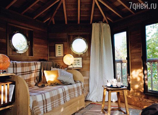 Если не выглядывать из окна, разве поверишь, что эта уютная комната «висит» на дереве на высоте 6 метров?