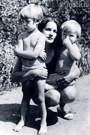 Татьяна Епифанцева с сыновьями Мишей и Володей