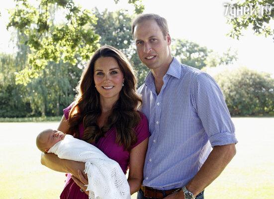 Маленький принц быстро подружился скокер-спаниелем Люпо. На фото: Кейт с месячным Джорджем на руках и Уильям