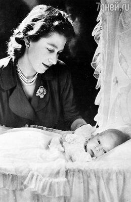 Маленький принц Чарльз не слишком много времени проводил смамой Елизаветой