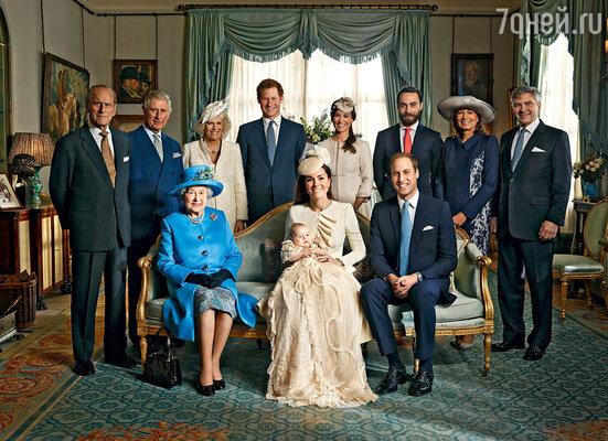 Крещение принца Джорджа отмечалось вВеликобритании какнациональный праздник. Парадная фотография членов королевской семьи в день крещения принца