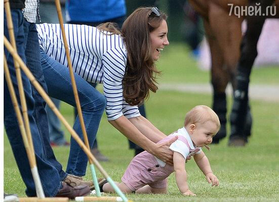 В 11 месяцев Джордж уже пошел, нокогда уставал, переходил на четыре точки опоры, как на этом снимке, сделанном во время благотворительной игры в поло в июне этого года
