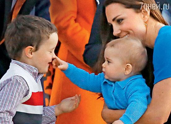 С другими детьми Джордж держится спокойно иуверенно, как будто знает, что он — будущий король