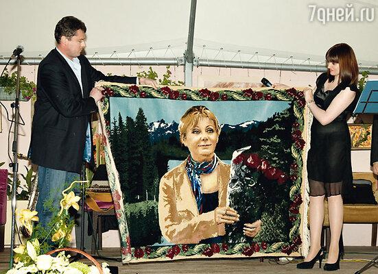 Сын юбилярши Егор и его супруга Кристина презентуют ковер ручной работы