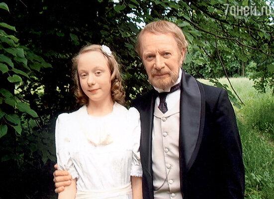 Настя вместе с отцом пробовала свои силы какатриса в фильме «Без вины виноватые». 2008 г.