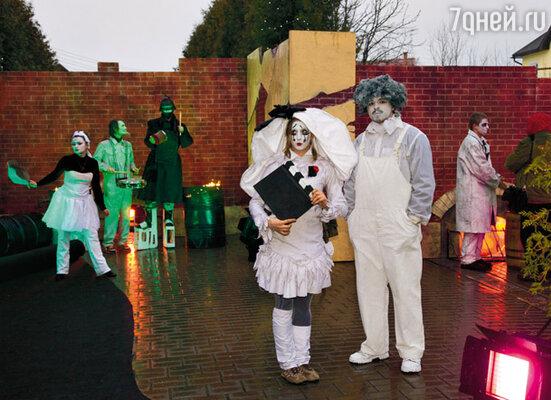 К сожалению, проявить себя во всем блеске артисты клоунады не смогли — их представление сорвала плохая погода