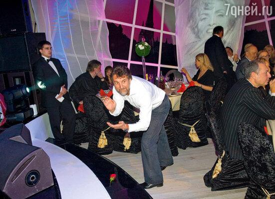 Леонид Ярмольник оказался просто невероятным танцором. Он был хорош и в парных, и в одиночных танцах