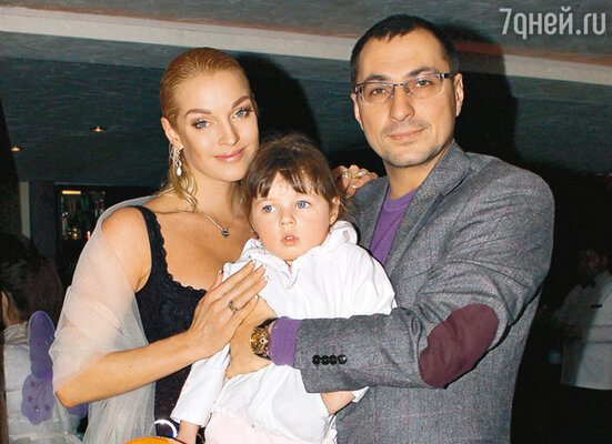 Анастасия Волочкова с дочерью Аришей и бывшим мужем Игорем