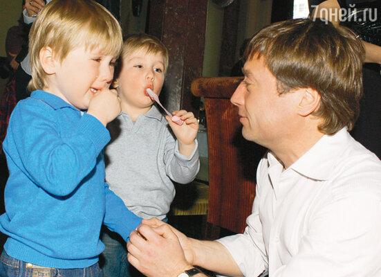 Сыновья Марии Шукшиной Фока и Фома с папой Борисом