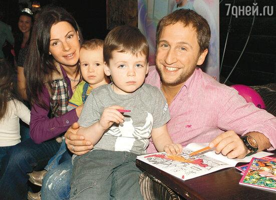 Оскар Кучера с женой Юлей и сыновьями Сашей и Даней