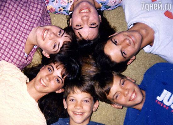 Стеф с детства придумывала различные истории и по вечерам любила развлекать ими сестер и братьев. Стефани Майер (на фото в клетчатой кофте) с братьями и сестрами