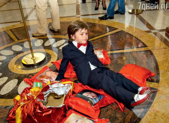 Старший внук Никита утомился, встречая гостей, и решил отдохнуть прямо на полу, среди подарков